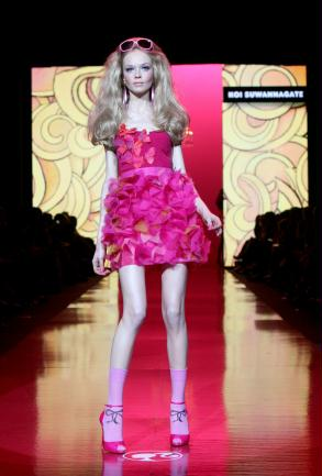 http://meninamalvada.files.wordpress.com/2009/02/2057641_moda_fashion_barbie_ig_moda_433_293.jpg